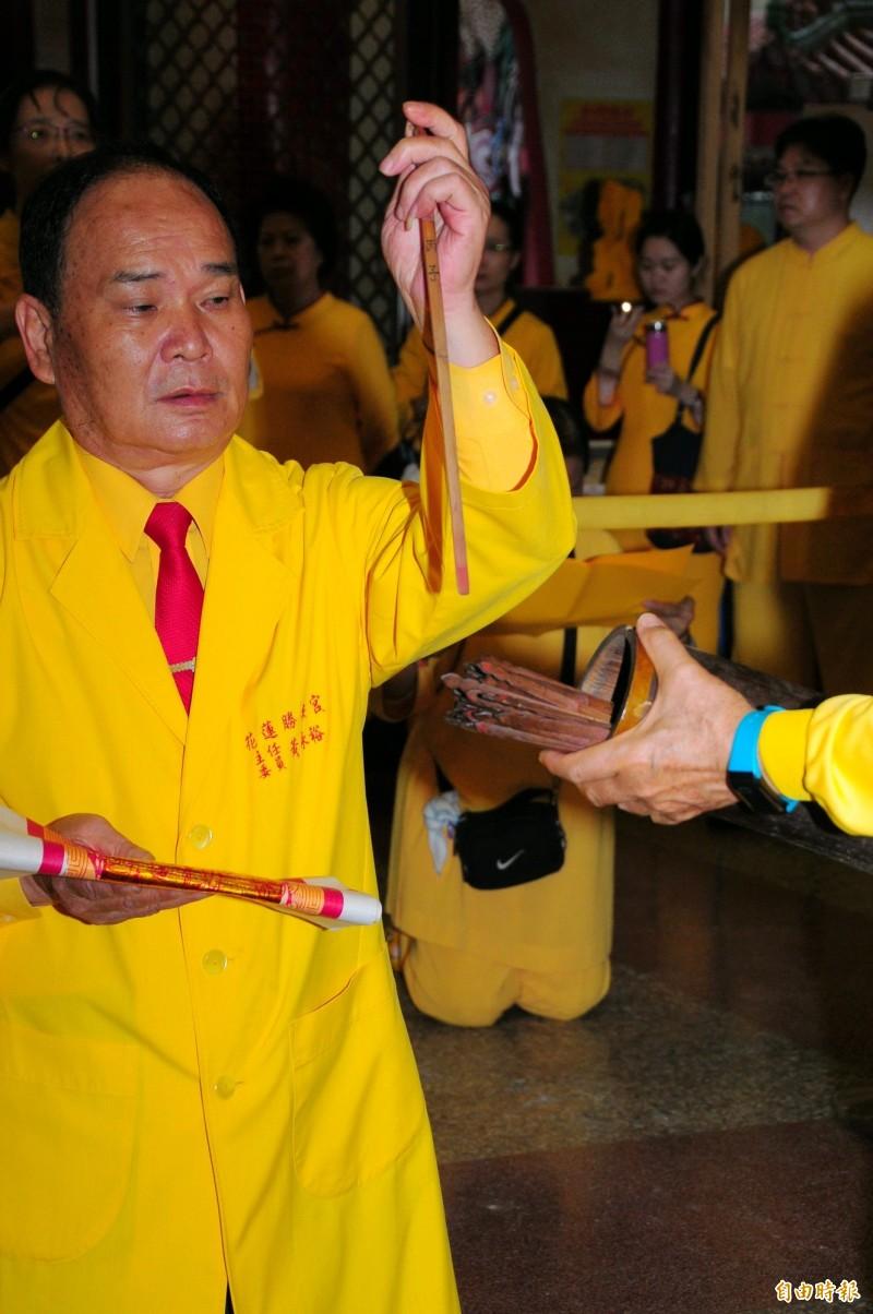 勝安宮主委黃永裕今天上午8點抽2020年庚子年四季籤。(記者花孟璟攝)