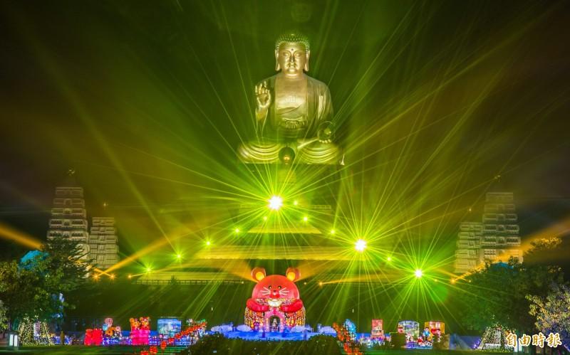 佛光山「光照大千」祈福活動充滿歡喜的大米主燈。(記者張忠義攝)