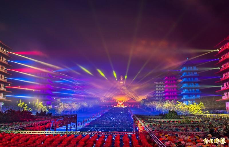 佛光山光照大千活動,雷射燈光與燈塔交織,讓佛陀的夜空美麗無比。(記者張忠義攝)