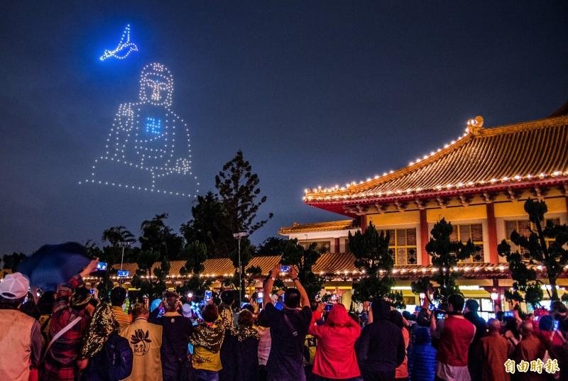 佛光山今年還有佛教界首創的「吉星高照─無人機高空燈光獻禮」,吸引數萬民眾聚集祈福。(記者張忠義攝)