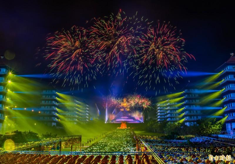 佛光山光照大千活動,雷射燈光與煙火交織,讓佛陀的夜空美麗無比。(記者張忠義攝)