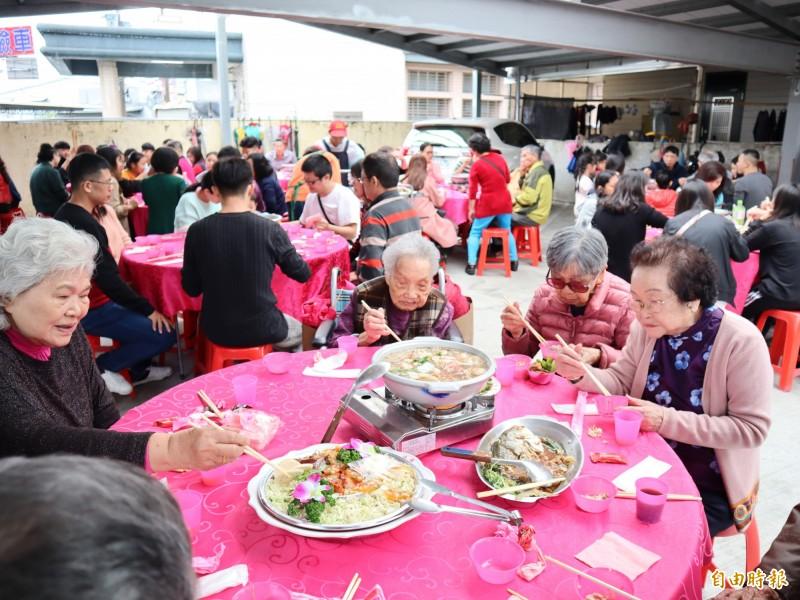 台中市太平區張家初二回娘家席開50多桌,約600人團聚,其中,102歲的張楊嬌娥(右三)最年長。(記者歐素美攝)