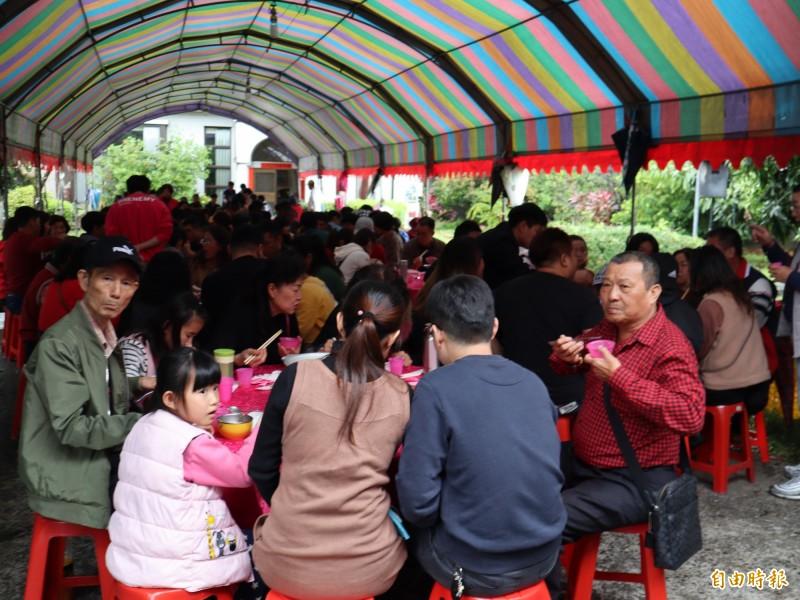 台中市太平區張家初二回娘家席開50多桌,約600人團聚。(記者歐素美攝)