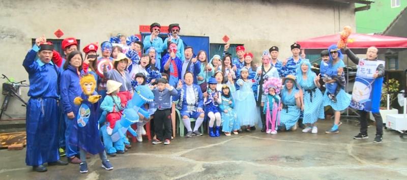 大年初二玩變裝趴,回娘家變成伸展台,今年主題「藍色趴」,從3歲到88歲全都快樂變裝。(記者劉曉欣翻攝)