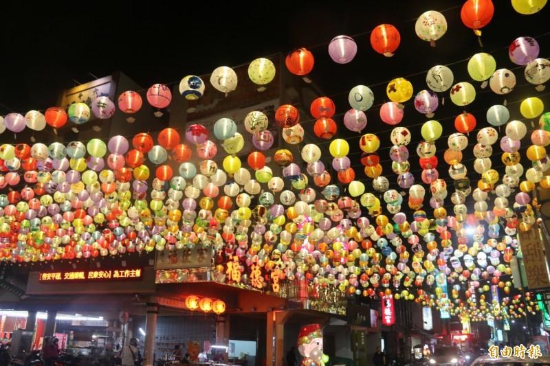 斗六太平老街懸掛3000個彩繪燈籠夜晚很有年味。(記者黃淑莉攝)