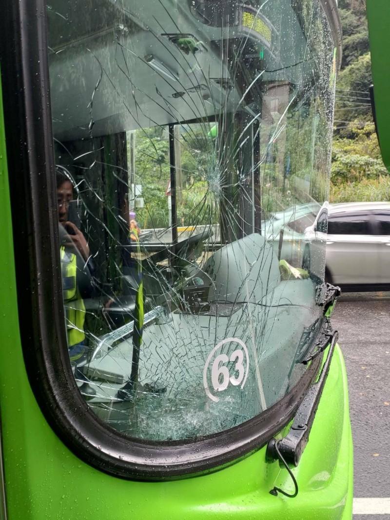一輛統聯客運今天下午1點多行經蘇花公路116.2公里處被落石擊中,造成右前方擋風玻璃破裂。(記者江志雄翻攝)