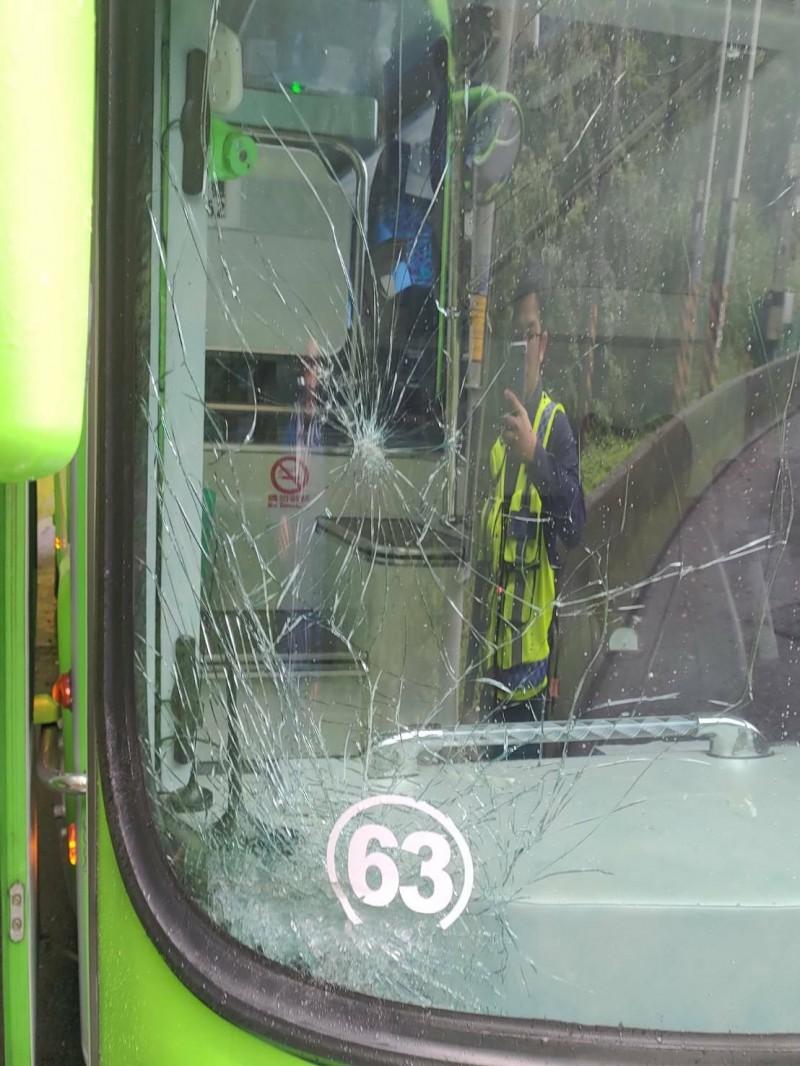 擋風玻璃破裂後,王姓駕駛認為不影響行車安全。(記者江志雄翻攝)