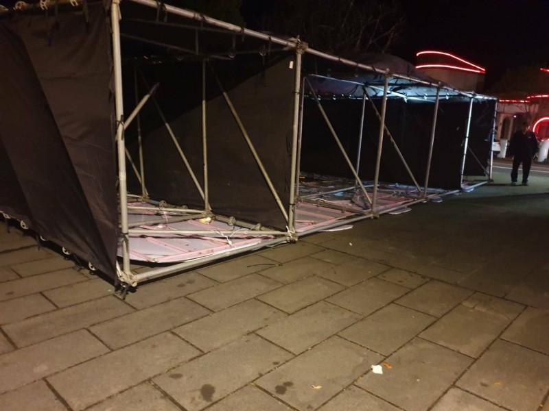 員山燈節牌樓被強風吹倒,3名遊客被壓傷送醫。(記者江志雄翻攝)