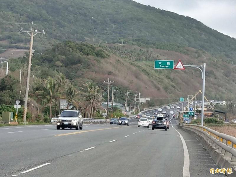 南迴台9線南下北上車流多,警籲用路人小心注意。(記者陳賢義攝)