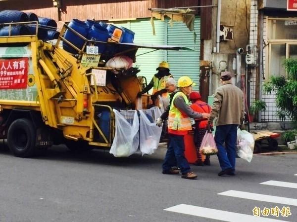 過年大年初一至初三、初五,北市垃圾清運、廚餘及資源回收均停收,初四恢復收運。(資料照)