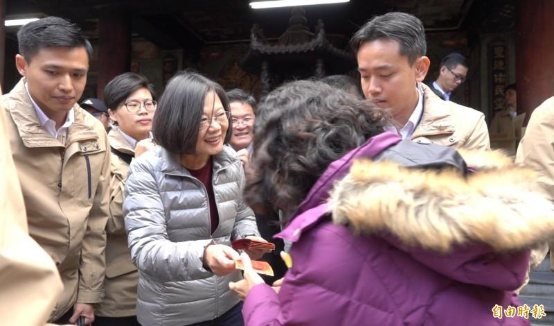總統蔡英文今天到鹿港天后宮發放福袋。(記者劉曉欣攝)