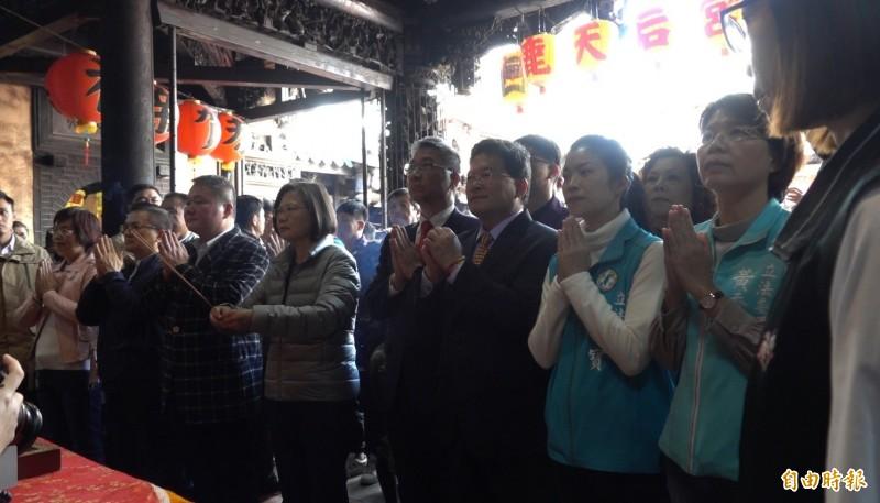 總統蔡英文今天到鹿港天后宮參拜。(記者劉曉欣攝)