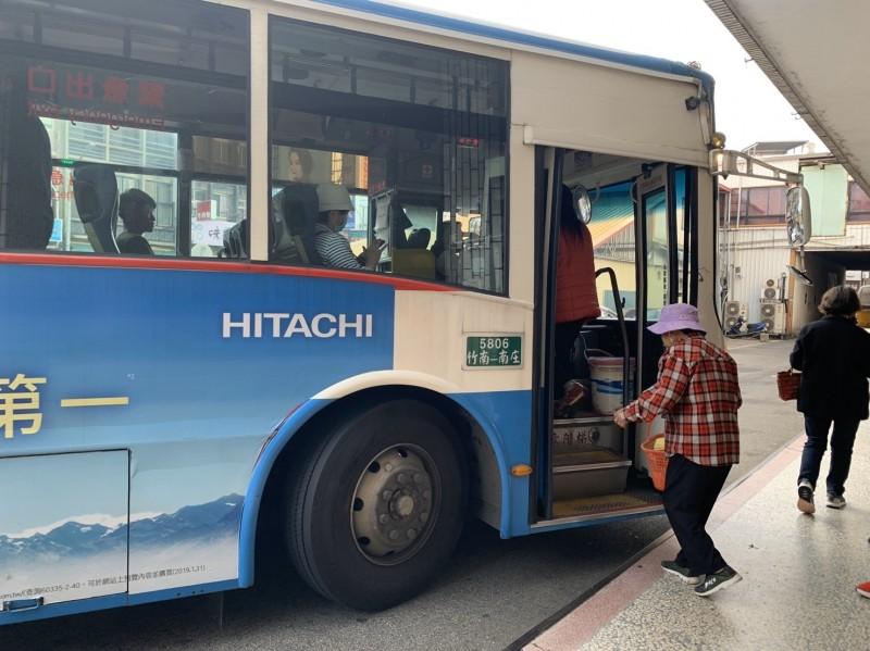苗栗監理站鼓勵遊客多搭乘大眾運輸工具,避免塞車。(記者鄭名翔翻攝)