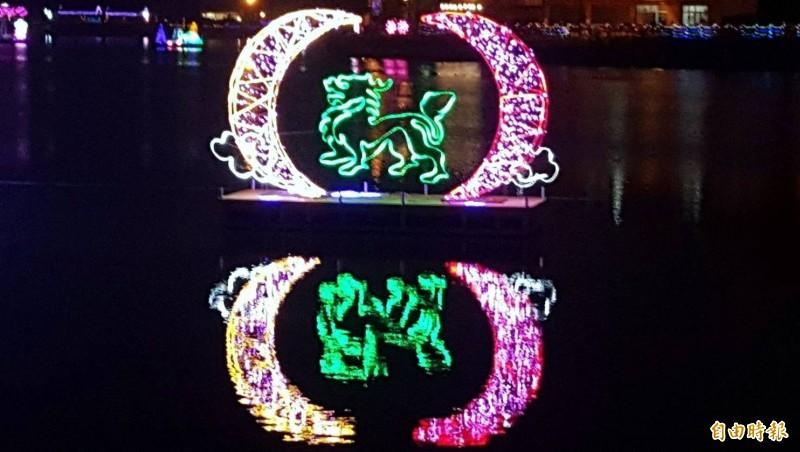 南投縣鹿谷鄉公所舉辦的「水漾躍動麒麟潭」燈會中,還刻意製作麒麟花燈凸顯主題,十分特別。(記者謝介裕攝)