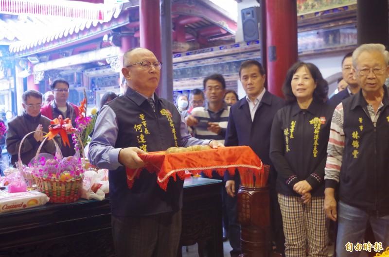 新港奉天宮抽國運籤儀式,由董事長何達煌(左1)主持。(記者王善嬿攝)