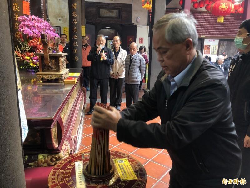 (記者楊政郡攝)樂成宮董事長郭松益代表抽出國運籤
