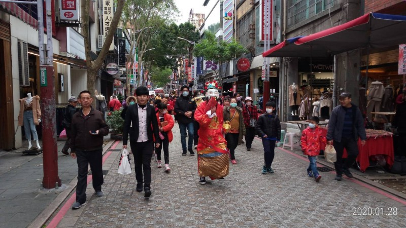 身兼中平商圈發展協會理事長的石頭里長劉柏成(左2)領著各鄰長、財神爺及志工們,向中平商圈的店家拜年。(記者陳恩惠翻攝)