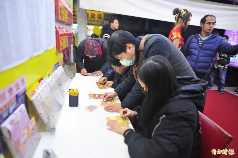 黃嘉君說,他開彩券行10多年,今年年節感覺了許多年輕客群。(記者王捷攝)