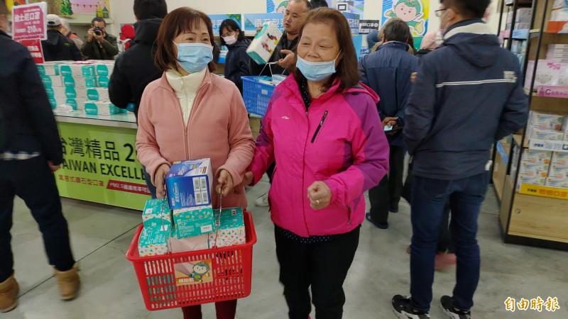 來自台北的林姓姊妹表示,連續排了3天終於買到口罩,認為每人只能買一盒真的不夠。(記者陳冠備攝)