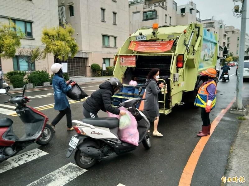 環保局清潔隊於大年初四恢復垃圾正常收運。 (記者王姝琇攝)