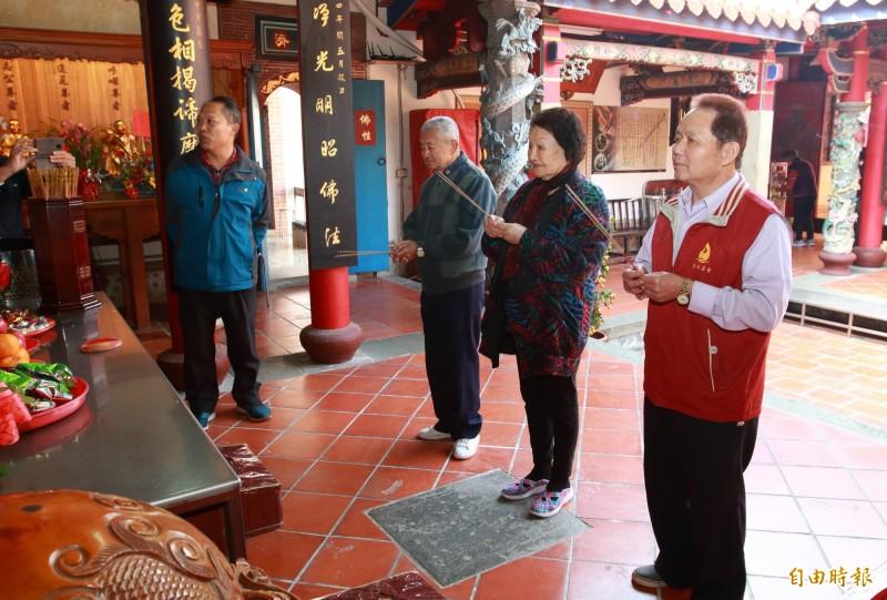 清水岩寺管理委員會主委蕭秀梅(右2)抽國運籤前先參香祈福。(記者陳冠備攝)