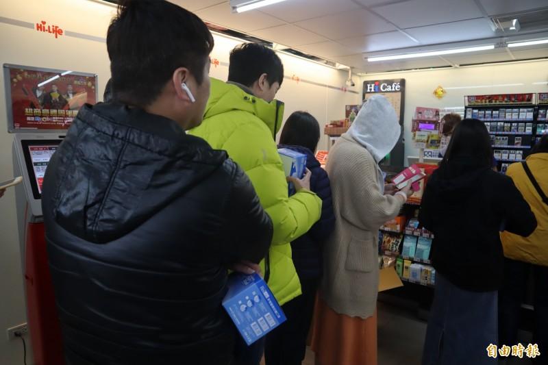 侯友宜表示,萊爾富物流中心員工一拿到口罩就配送至全台1400個門市,供民眾購買。(記者周湘芸攝)