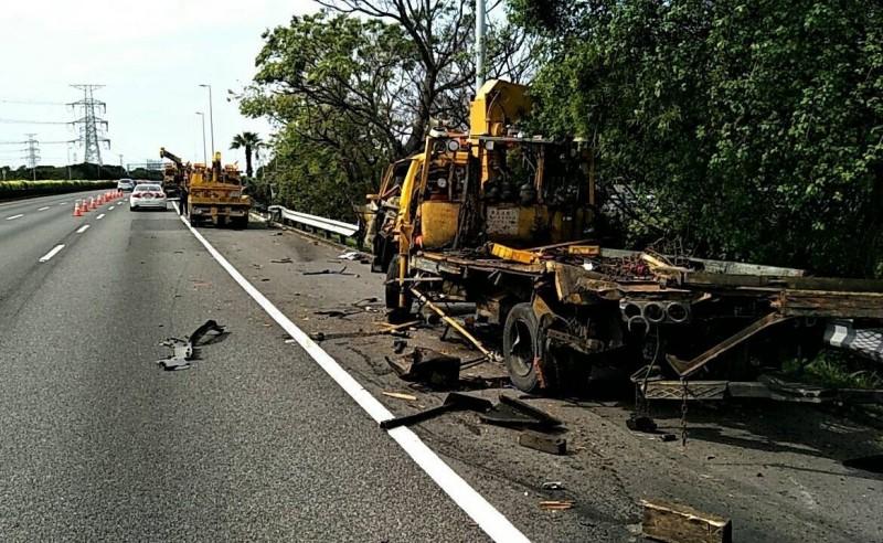 李姓男子駕駛的拖吊車,今天在國三龍井路段進行拖吊作業時遭貨櫃車撞上,車子嚴重受損。(記者陳建志翻攝)