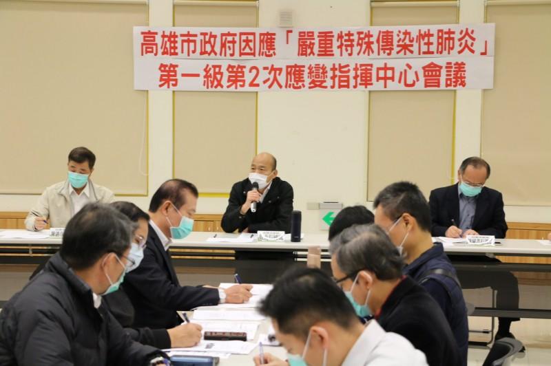 高雄市長韓國瑜召開一級開設防疫應變會議,說明高市目前共有67人被居家隔離,是否電子監控市府配合並支持中央。(市府提供)
