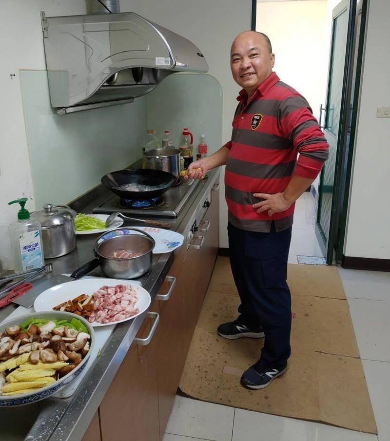 春節期間員警用餐不便,烏日分局三和派出所副所長李元寶特別下廚煮了一桌豐盛菜餚。(記者陳建志翻攝)