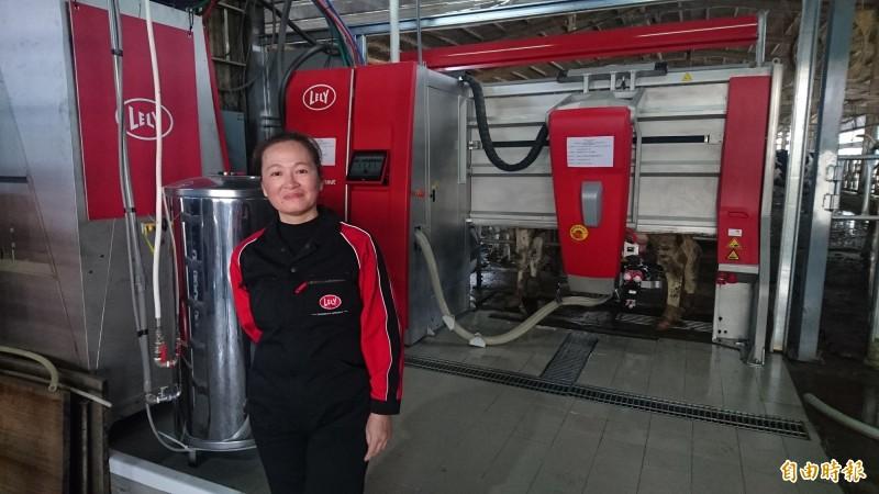 從荷蘭進口的智慧擠乳機,一台要價800萬元,圖中人物為梅桂牧場女主人沈月春。(記者楊金城攝)