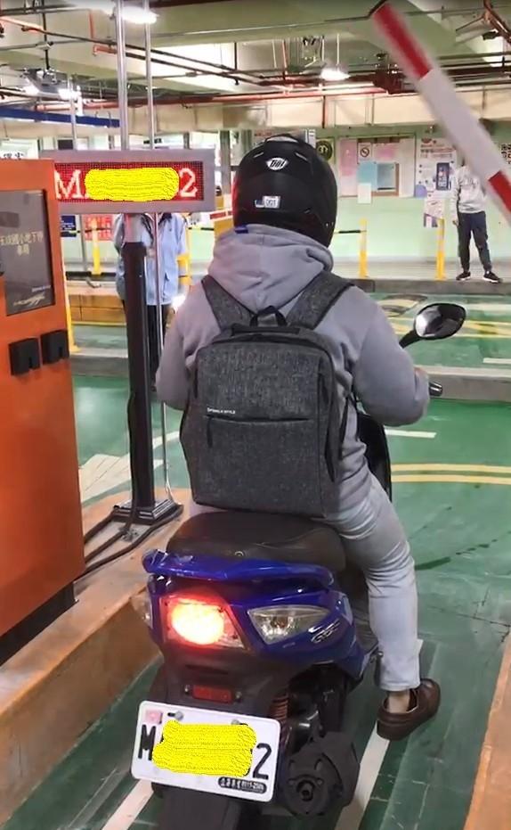 松山國小等3處地下停車場也實施機車全面車牌辨識,及會員免抽卡靠卡智慧進出等繳費服務。(圖由交通局提供)