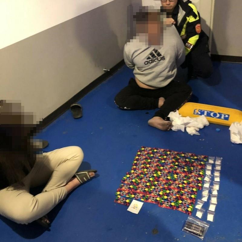 警方查獲鍾姓男子(右二)、黃姓女子(左一)涉嫌販毒。(記者周敏鴻翻攝)