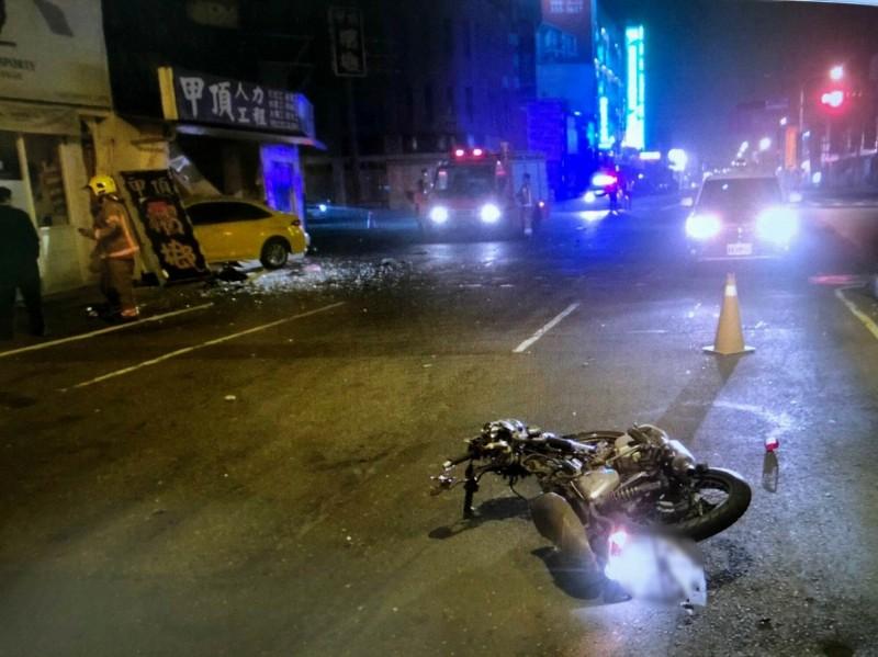 台南市永康、北區交界附近的十字路口,今天凌晨發生機車、計程車嚴重事故,造成1死2傷。(記者吳俊鋒翻攝))