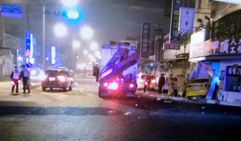 雙載女大生一死一傷,計程車撞入店家騎樓。(記者吳俊鋒翻攝)