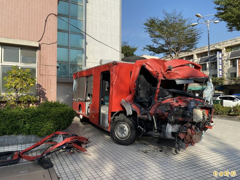 鳳祥分隊水箱車車頭全毀,顯見撞擊力道。(記者黃旭磊攝)