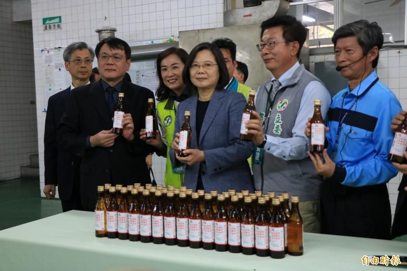 總統蔡英文(前左2)今南下視察台酒隆田酒廠酒精產線。(記者萬于甄攝)