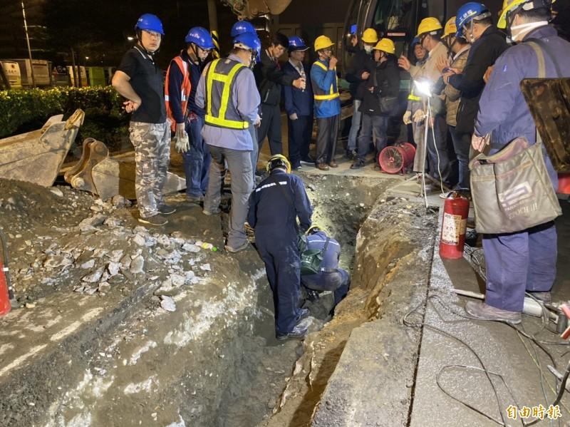 現場人員找到漏油處,正在進行檢測確認。(記者楊心慧攝)