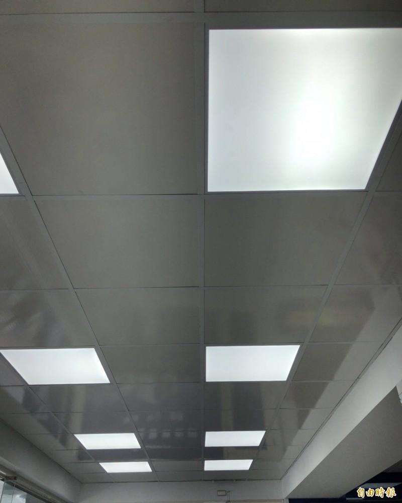 宜蘭縣政府補助縣內業者改用LED平板燈。(記者江志雄攝)
