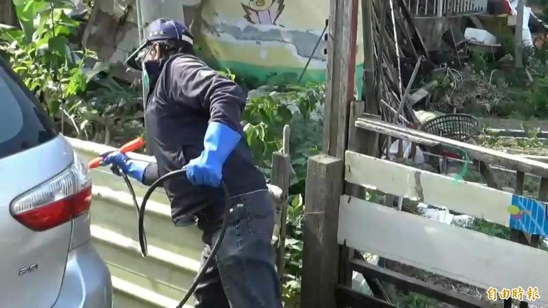 因武漢肺炎死亡的白牌計程車司機,其車行和居家附近,環保衛生防疫單位派防疫人員消毒清潔。(記者張聰秋攝)