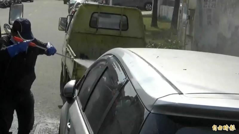 防疫人員加強車輛消毒,來回清潔多次。(記者張聰秋攝)