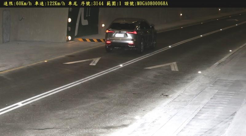 草埔隧道最高速限為60公里,測速器卻拍下有駕駛人在隧道內飆速122公里,警方依法開罰。(記者李立法翻攝)