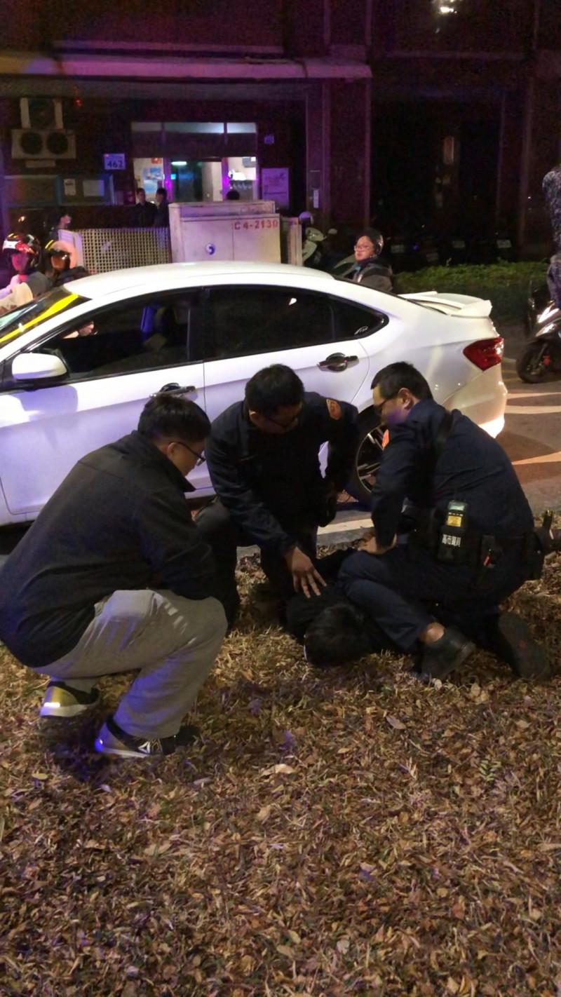 潘嫌被警方壓制。(記者黃旭磊翻攝)