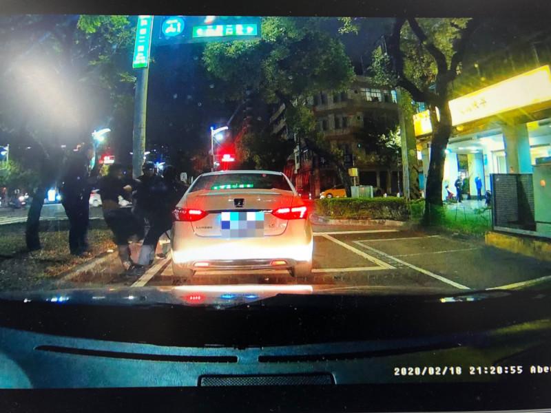 警方強勢逮捕潘嫌。(記者黃旭磊翻攝)
