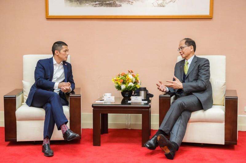 曾代表民進黨參選台北市立委的吳怡農(左),昨天以民間團體身分前往立院拜會游錫堃(右)。(記者謝君臨翻攝臉書)