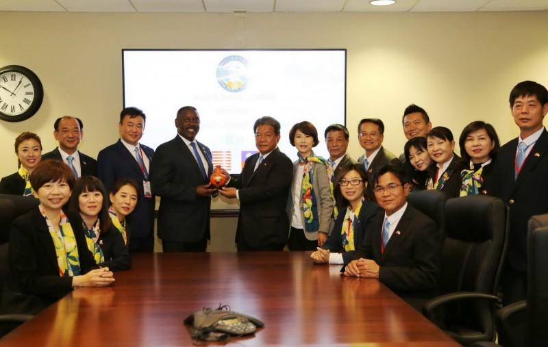 台南市議會訪美團拜會佛羅里達州橘郡郡長,雙方就多元文化、稅務、觀光等政策進行交流。(台南市議會提供)
