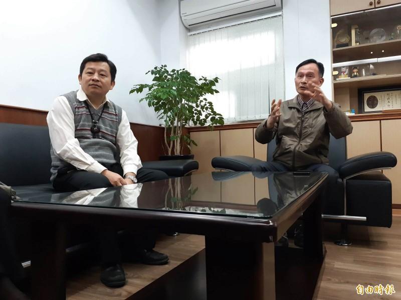 台東衛生局長黃明恩(右)表示已請調查站調查po醫師有無觸法。(記者黃明堂攝)