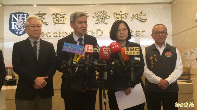 國衛院副院長司徒惠康(左2)表示,武漢肺炎相關疫苗已陸續進入動物測試,最快1年至1年半內可推出。(記者鄭名翔攝)