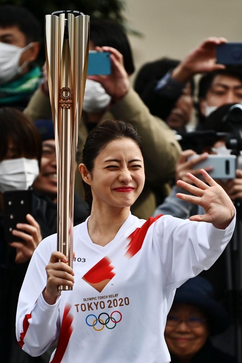 儘管新冠肺炎疫情陰影揮之不去,日本全國上下仍積極準備迎接2020年東京奧運,15日的東奧聖火傳遞還找來知名女星石原聰美助陣。(法新社)