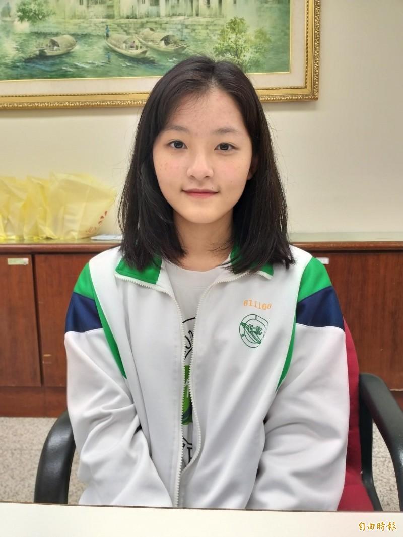 國立竹北高中學生賴芷彤由於外公及祖父因病相繼過世,母親近來也生病,她主動到醫院當志工,萌生從醫的想法,考前衝刺兩個月,學測4科拿滿級分。(記者廖雪茹攝)