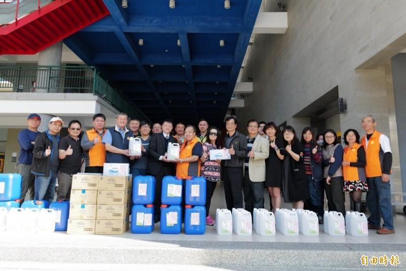 市議員吳宗憲捐獻大批洗手用品給觀音地區13所學校。(記者謝武雄攝)